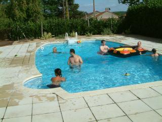 House sleeps 6-8, large swimming pool, N Dordogne