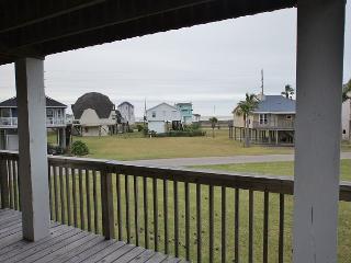 12 Palms beach view 3 bdrms, 2 baths, sleeps 11 & sounds of the Gulf breeze!, Galveston