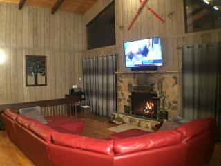 Beautiful Modern Cabin! Pool Table, 6 TVs, WiFi, Bushkill