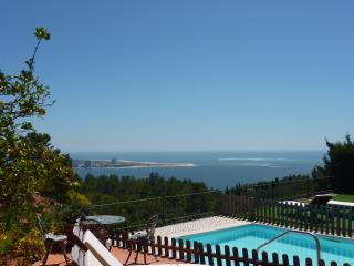 Family time, peace, pool & stunning views!, Setúbal