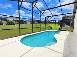 Enjoy our screened in pool. Let the sun in and keep bugs out! 4 sun loungers, 4 chairs. eating for 6