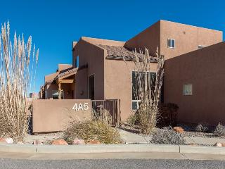 A Beautiful Unit- Pool/Hot Tub/WiFi/Garage/W&D, Moab