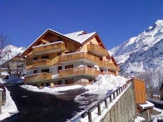 Great 2 bed apartment (sleeps 5) in centre of Vaujany A28 Les Valmonts