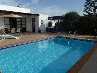 Villa Ripley, 3 bedrooms, private pool, free wi fi, Playa Blanca