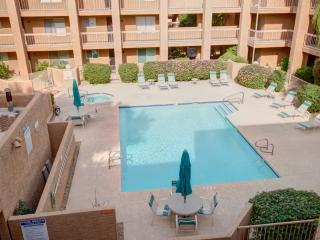OLDTOWN 2 BEDROOM CONDO - SLEEPS 6/POOL/SHOP/BARS, Scottsdale