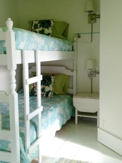 Bunk room: bunk beds and one full size.