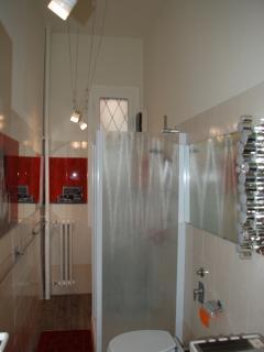 Bagno con cabina doccia e pannelli liberty - lavatrice