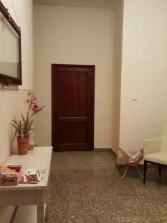 hall di casa Pettini, questo è l ' unico spazio in comune tra i due appartamenti.