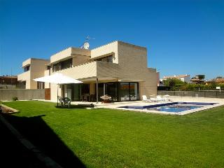 Spectacular 4-bedroom modern villa in Riudellots, just 10km from Girona Airport, Riudellots de la Selva