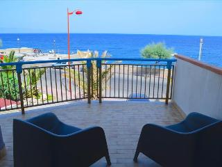 Acquamarina 8 - apartment in front of the beach, Santa Teresa di Riva