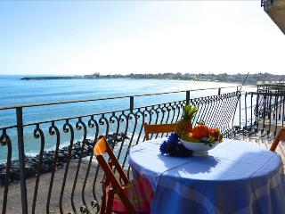 Casa Camelia - Apartment in front of the sea in Giardini Naxos, Giardini-Naxos