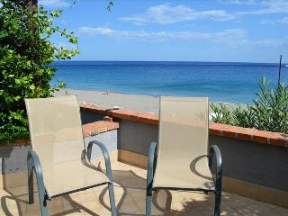 Ardesia apartment - apartment on the beach with  a sea view terrace and a