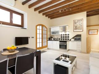 Cozy ground floor old town duplex with parking, Palma de Majorque