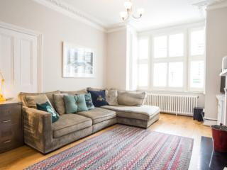 Stylish 5 bedroom home with garden on Whellock Road, Chiswick, Londen