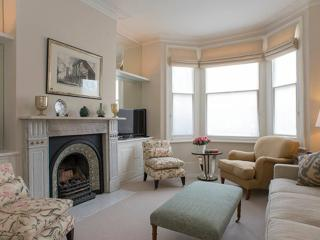 Stunning 3 bedroom townhouse with charming patio garden, Fulham, Londres