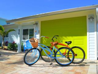Sunshine Cottage - Private 30' Pool and Boat Dock, and steps away from the beach, Anna Maria