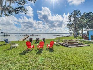 Lakefront, rustic studio close to shopping - snowbirds welcome!