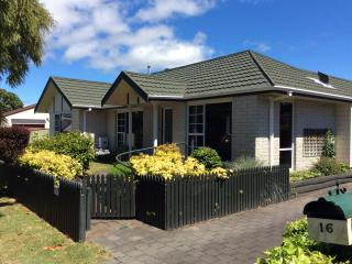 Tranquil Tui House near the lake and town, Taupo