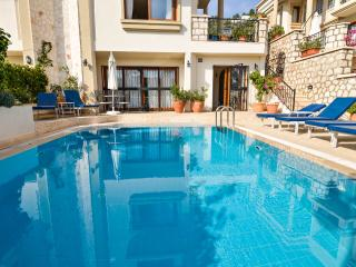 Large, 1 bed apartment. Private pool. Safe, Wifi, Kalamar. L500 per week.