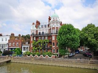 STUNNING 2 BEDROOM APT on RIVER THAMES in LONDON