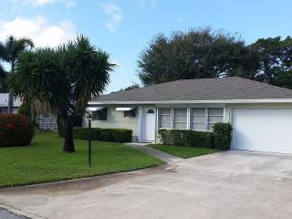 Charming 2/2 Home- 2 Miles to Beach, Jupiter