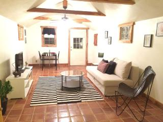 Modern Cottage 5 Blocks from Main!! Jacuzzi Tub!!, Fredericksburg