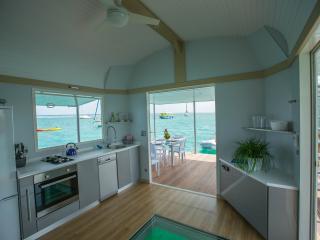 Votre salon-cuisine, avec l'Aquarium et son éclairage sous-marin