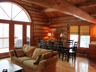 Villa Mercier - Log Home Retreat in the Heart of Tremblant! Pet Friendly!, Mont Tremblant