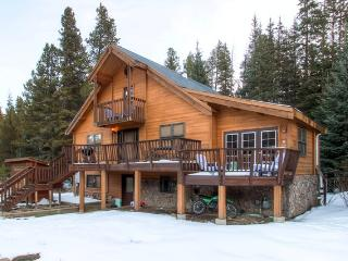 Inviting 2BR + Loft Breckenridge Cabin w/Mountain Views & Private Hot Tub - Easy Access to Breckenridge Ski Resort