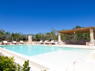 4 Bedrooms and a large pool close to Cisternino.