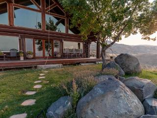 'Rocky Mountain Lodge' - Handcrafted 4BR Cedar Cabin outside Boise w/Private Hot Tub & Spectacular Views, Excellent Wedding and Retreat Venue, Horseshoe Bend
