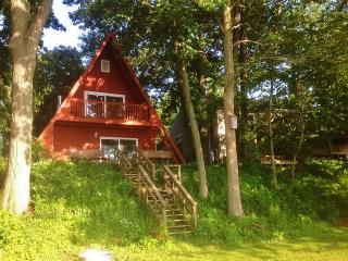 Lakefront 3BR A-Frame Cottage on Bankson Lake w/Private Dock, Sandy Beach, 2 Kayaks & Wifi - Near Miracle Camp, Shopping, & All Lake Activities!, Lawton