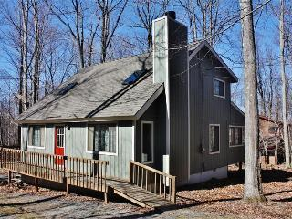Peaceful 3BR Pocono Lake House w/Wifi, Sunroom, Deck & Beautiful Wooded Views - Close Proximity to Multiple Lakes, Ski Areas & Hiking Trails!, Lago Pocono