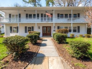 Impressive 4BR Arlington House w/Free Wifi, Gourmet Kitchen & Recreation Room - Only 15 Minutes from Major Washington DC Attractions!