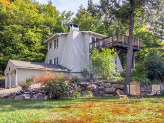 Sublime 3BR Jackson House w/Wifi, Gas Grill, Expansive Private Deck & Spectacular Mountain Views - Minutes from Skiing, Hiking, Dining, Shopping & More!