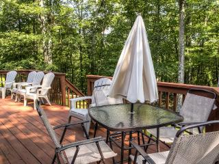 Peaceful 4BR Bushkill House w/Wifi, Spacious Deck, Gas Grill & Spectacular