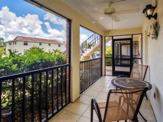 Beautifully Furnished 2BR Englewood Condo w/Private Screened-In Veranda