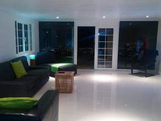 Terrace 2 bed Apt shared pool, Degicel TEL:4566516