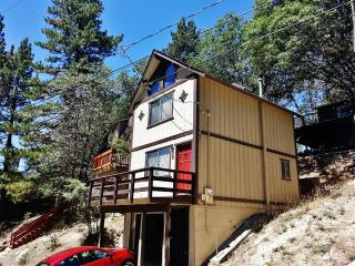 'Beal Boru' Sunny 2BR Arrowbear Lake House w/Wifi, Private Porch & Tree-Lined Mountain Views - Easy Access to Natl Forests, Local Restaurants & Outdoor Activities!, Running Springs