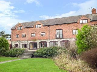 HOME FARM, detached country house, pet-friendly, hot tub, woodburner, en-suites, St Asaph, Ref 924335, St. Asaph