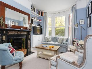 A three-bedroom family home in Southfields., Londres
