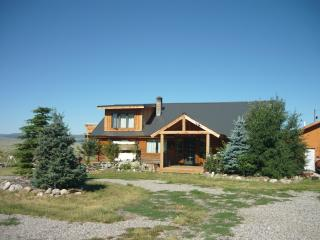 Immaculate 3BR Cameron Log House w/Mtn. Views!