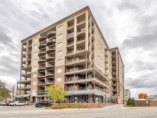 Fashionable 2BR Indianapolis Condo w/Wifi, Private Balcony, Walk to Fountain Square, Downtown, Restaurants, Sports Venues & More!
