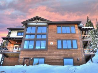 Magnificent 3BR Breckenridge House w/Multiple Private Decks, Heated Floors & Awe-Inspiring Mountain Views - Just Minutes from Downtown! Close to Hiking, Fishing & World-Class Skiing!