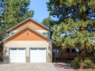 Exquisite & Warm 4BR Big Bear Lake Home w/Private Hot Tub, Beautiful Views & Wifi - Prime Location! Less than 1 Mile from Snow Summit Resort!