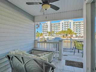 Bayfront condo w/ views of water by eateries & boutiques  - snowbirds welcome!