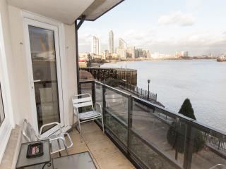 River Thames Spacious Apartment in London Dockland