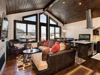 Chic Deer Valley 2BR Condo w/ Private Hot Tub – 400 Yards to Lifts!