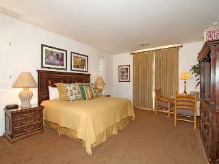 An Upstairs Studio Spa Villa with a King Bed and Western Mountain Views!, La Quinta