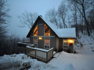 3 BR House Near Skiing w/ Mtn Views, Cable, WiFi, Private Yard., Madison